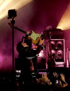 M (Mathieu Chedid) dans un numéro de guitare endiablé
